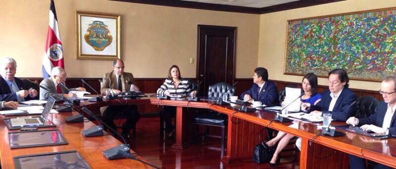 President Luis Guillermo Solís meeting with the business sector to discuss competitiveness.
