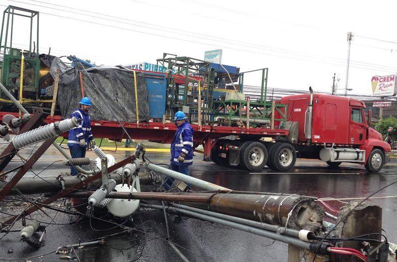 CNFL crews inspect the damage. Photo: Luis Navarro, La Nacion