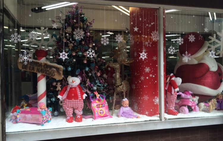 The Universal has probably the nicest and definitely the biggest Christmas window on the Bulevar.