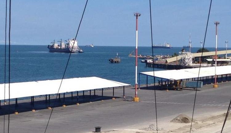 First container ship is seen been towed to dock to unload. Photo, Luis Miguel Herrera / La Nacion