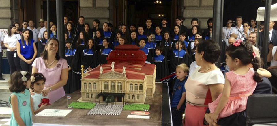 Weighing in at 800 kilograms, the to scale cake was the centerpiece of the 117th anniversary of Teatro Nacional