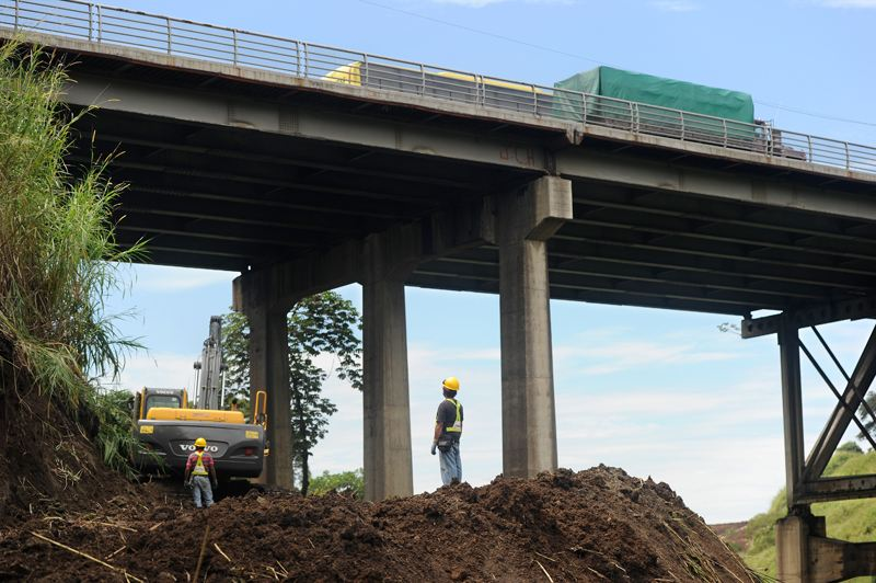 Work to reinforce the ailiing 53 year old structure has been ongoing for the past year. The MOPT wants to now wiiden the bridge to six lanes. Photo: Alberto Marin / La Nacion