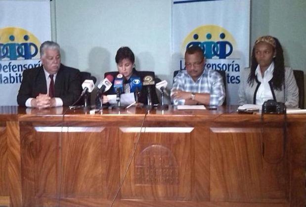 El ministro de la Presidencia Melvin Jiménez junto a la Defensora de los Habitantes, Montserrat Solano, y Ronaldo Blear de Sintrajap.