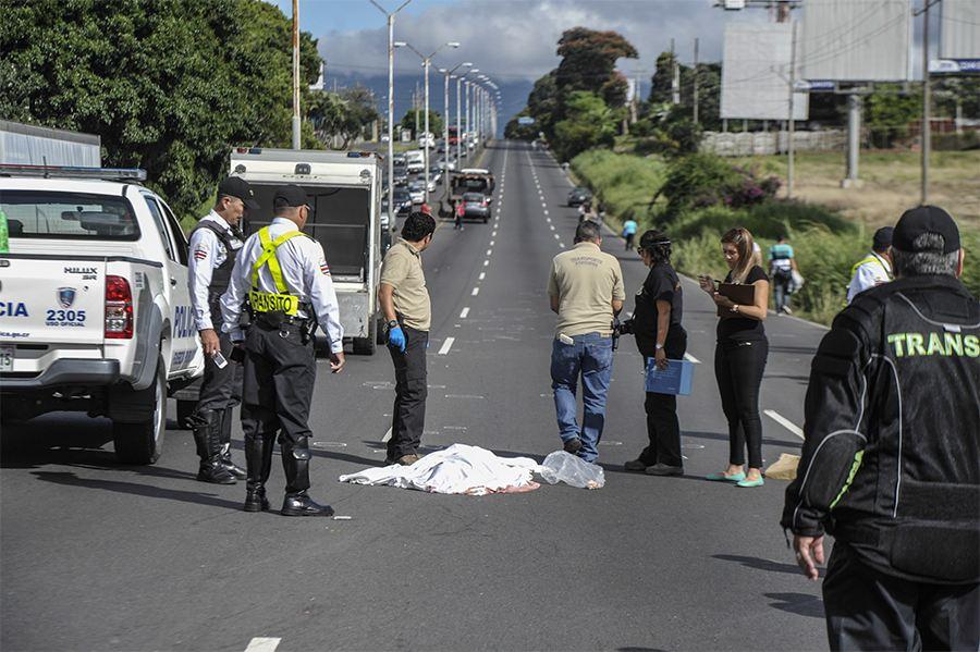 The mad dash cost a man his life this morning on the autopista General Cañas. Photo Pablo Montiel La Nacion