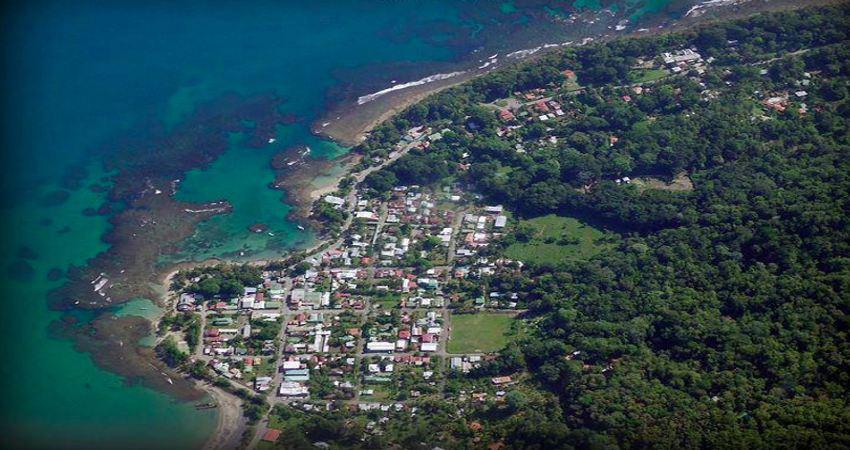 This aerial photograph shows the center of Puerto Viejo, Limon. According to INEC, 8,300 people live between Cahuita and Manzanillo, most at the edge of the coast. | Photo: Cámara de Turismo y Comercio del Caribe Sur (CATCCAS)