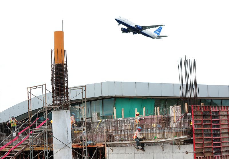The construction firm Volio Trejos has the contract for the terminal expansion, that directly employs 80 people. Photo Juan Durán/La Nacion