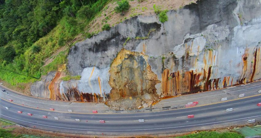 The Ruta 27 continues with problems, like at km 40, where the retaining wall has collapsed. Photo: Warren Campos.