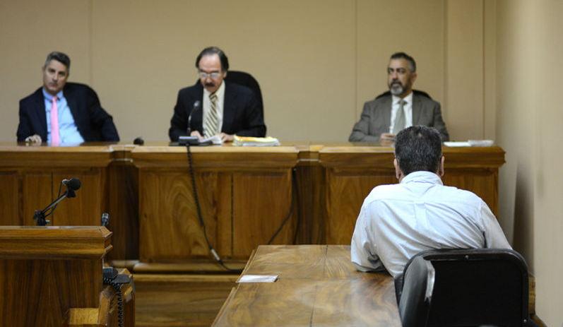 Luis Guillermo Vega Barrantes (back to the camera), listens to the reading of the sentence. Photo CARLOS GONZÁLEZ, La Nacion