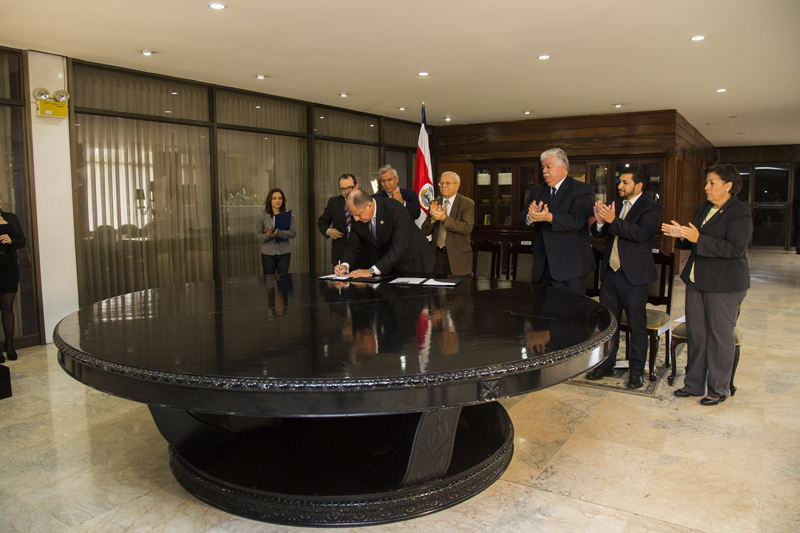 President Luis Guillermo Solís signed the lifting of the ban on Labor Procedure Reform at the same table where Social Guarantees were signed in 1943.  Photo courtesy of Casa Presidencial (Government House)
