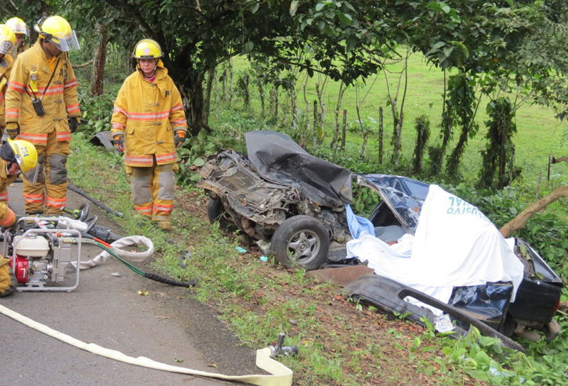 four occupants of a car died when the vehicle struck an oncoming trailer after an improper overtaking. The accident occurred on Nov. 4 in Guatuso, Alajuela.  | Photo Edgar Chinchilla, La Nacion