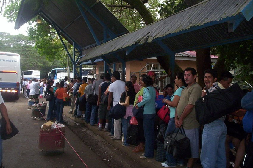 Passengers waiting to board the bus at Peñas Blancas, the border between Costa Rica and Nicaragua. Photo archives.