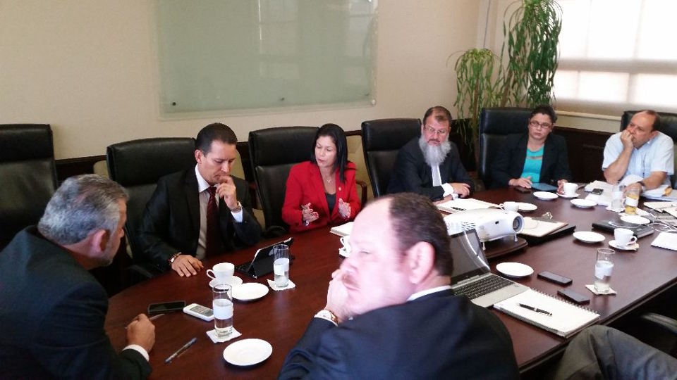 MOPT Minister Carlos Segnini (left with back to camera) meeting with legislators