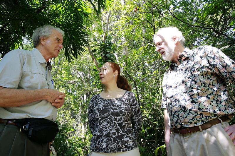 Randall Tolpinrud (izq.) y Robert Newman, miembros de la Fundación Pax Natura, visitaron el INBio junto a Natalia Zamora.   RAFAEL PACHECO