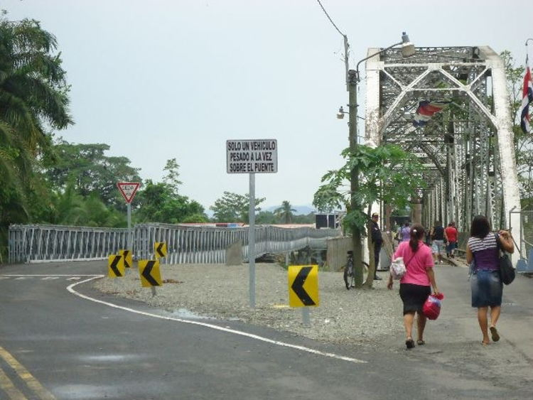 The new Sixaola bailey bridge allows passage of one vehicle at a time, while the old original railway structure is for pedestrians, both locals and tourists. | Photo La Naciona