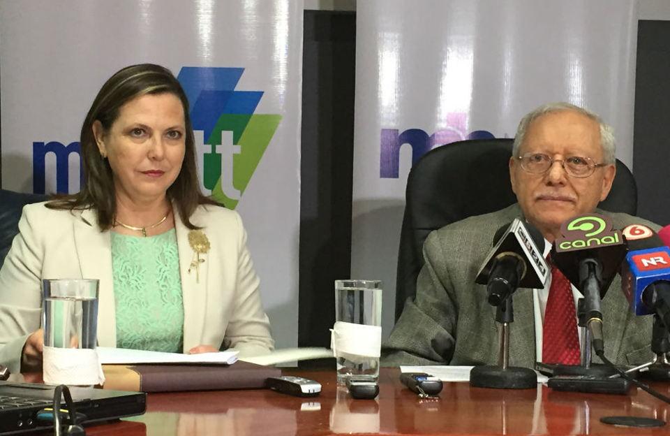 De izquierda a derecha, Gisella Kopper, Ministra de Ciencia y Tecnología, y Helio Fallas, Ministro de Hacienda.