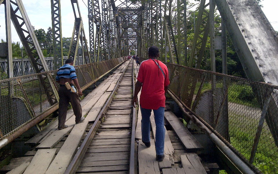 Pedestrians daily cross between Panama and Costa Rica on a rickety bridge from the 1940s. Photo: http://1115x.wordpress.com