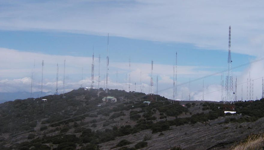 Towers atop the Irazu volcano. Photo: blog.marinetelecom.net