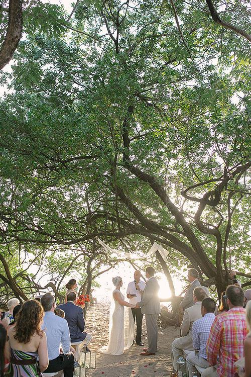 04Colorful-Intimate-Destination-Wedding-Costa-Rica-Comfort-Studio-beach-ceremony
