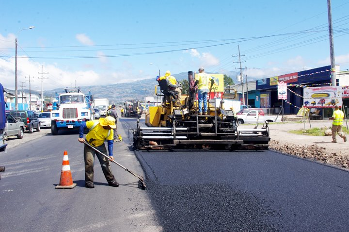 """Costa Rica's """"Men At Work"""" Repairing and Maintaining Our Roads (Photos)"""