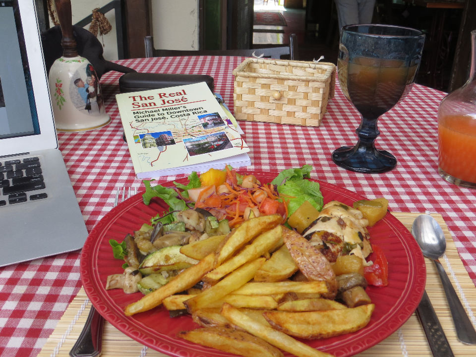 Talentum's daily lunch special, on this day, included chicken, fried potatoes, vegetables, salad, soup and a fruit drink. Photo: Rober Miller, QCostarica