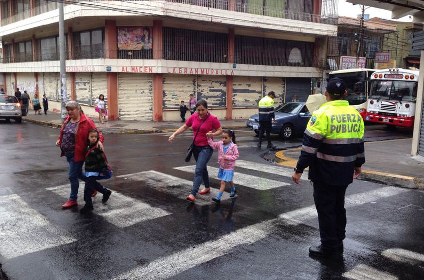 Some 3.000 police officials and 150 traffic cops around the country ensured a safe back to school. Photo: Mayela López, La Nacion.