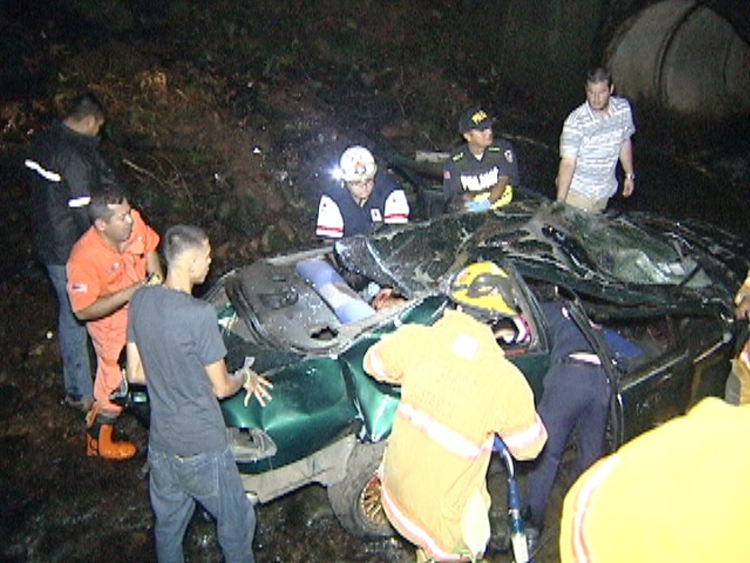 Five people are lucky to be alive after ther car their were travelling in flipped several times and rolled down a ravine, during what officials and eyewitnesses day, a street race. Photo:  Reyner Montero, La Nacion