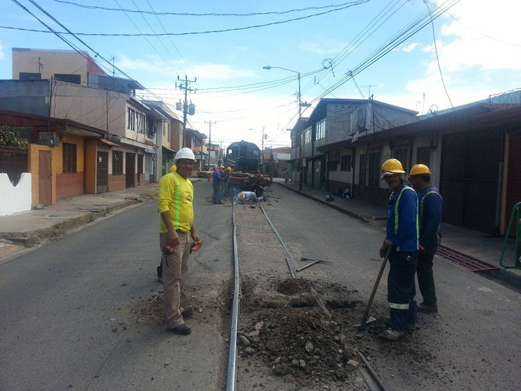 In Heredia Centro, the public road lies on the rail tracks.