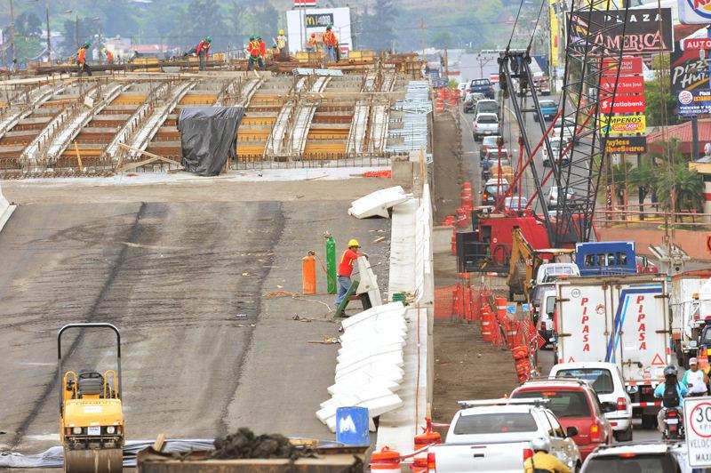 Cost of infrastructuThe Ajuelita bridge construction on the Circunvalación.