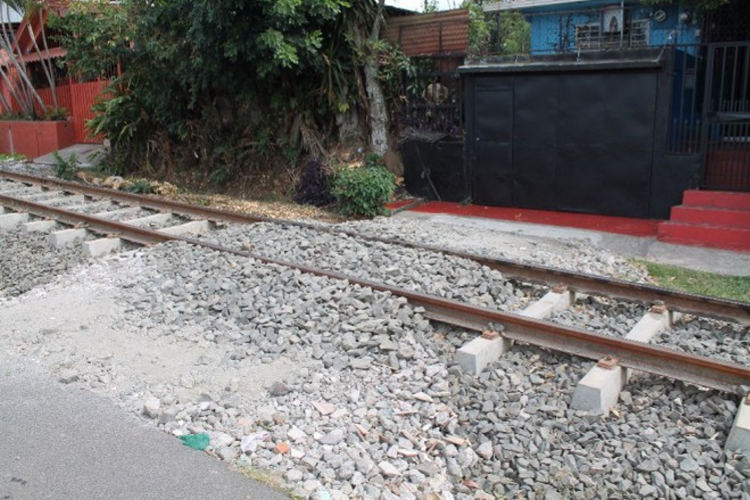 Residents of San Joaquin, Heredia Use Ingenuity To Be Able To Use Their Garages, Despite The Train Tracks