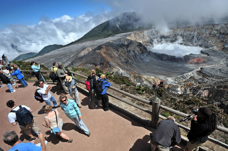 Tourism operators believe that the high investment by competing countries such as Panama and Colombia, will affe Costa Rica, despite recognize attractions such as the Poas Volcano.   File foto