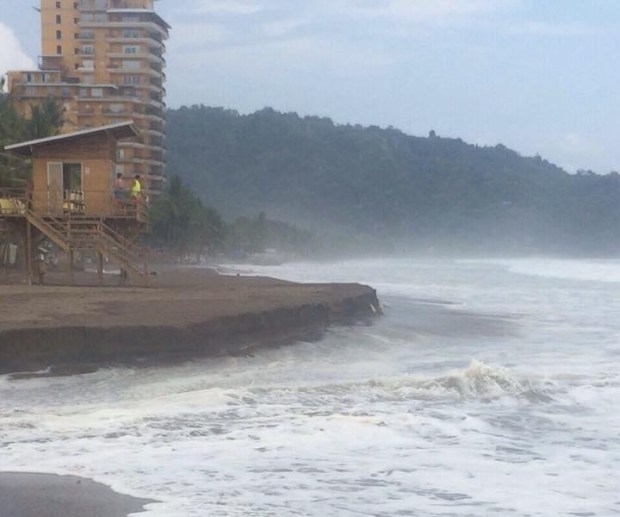 """Waves """"Like Never Before Seen"""" in Playa Jaco"""