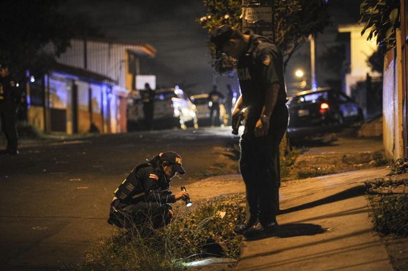 07/05/2015 Barrio Valencia, San Rafael Abajo de Desamparados Doble Crimen Policias buscan casquillos y los marcan con tiza en el lugar de los hechos.  Gabriela Tellez