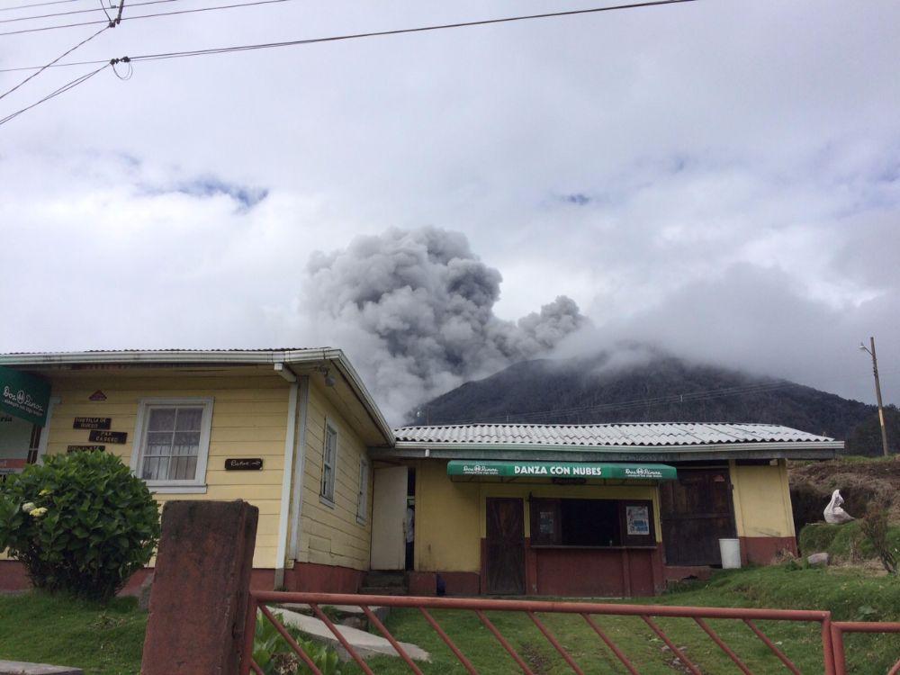 Foto: Reina Sánchez, guardaparques del Volcán Turrialba, en la que se aprecia la erupción de este domingo 17 de mayo.