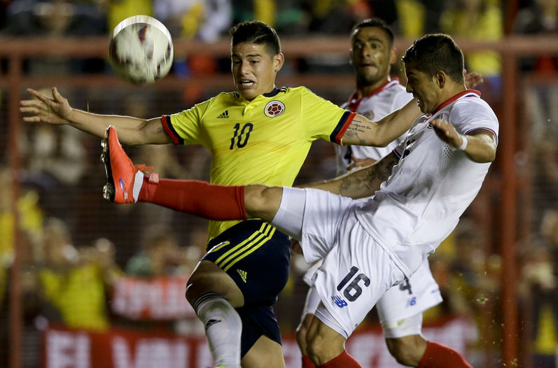 Costa Rica's Cristain Gamboa (white shirt) in a duel with Colombia's James Rodríguez (AP)