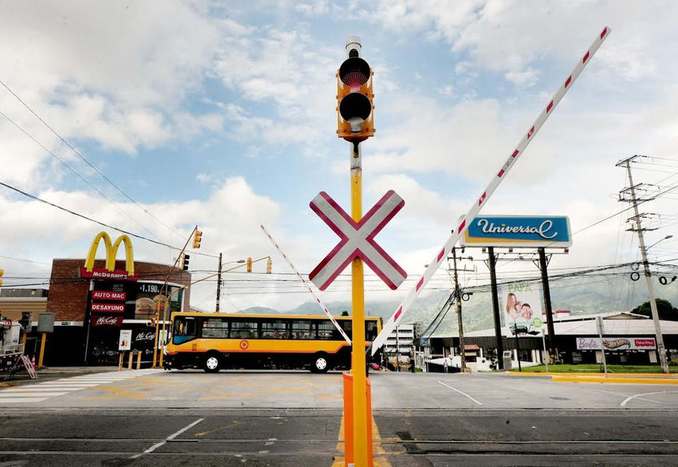 The level crossing in La Sabana, the first in the country, moves up and down with the traffic ligths, train or no train!