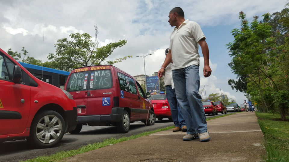 """Taxi drivers are applying """"tortugismo"""" in various parts of the country"""
