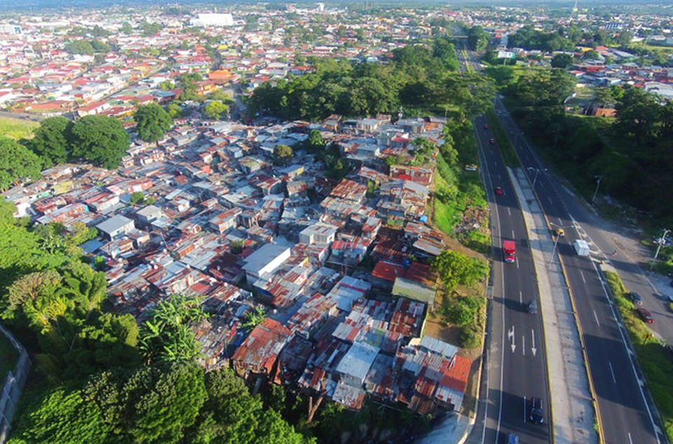 To complete the project the 191 families of the Triángulo de Solidaridad shantytown must be relocated. So far only four families have been resettled.