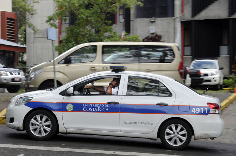 A private traffic cop at the Universidad de Costa Rica can take home a monthly salary of ¢2.7 million colones, as compared to only the ¢800,000 by a Policia de Transito official
