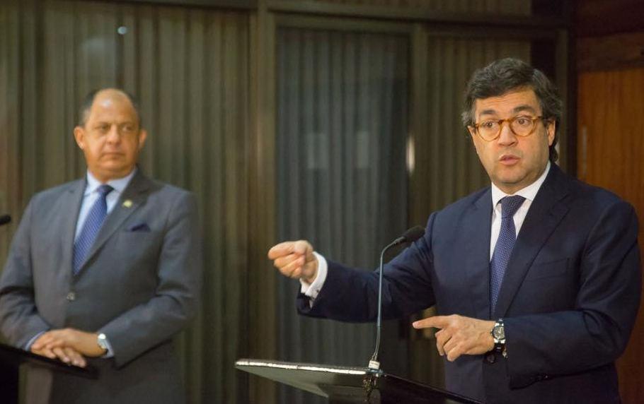 President Luis Guillermo Solis (left) and IDB president Louis Alberto Moreno