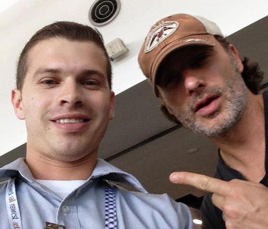 Mauricio Bermúdez, quien labora en el Aeropuerto Juan Santamaría, no perdió la oportunidad y se fotografió con Andrew Lincoln (Rick Grimes). Tomado del Facebook de Mauricio Bermúdez