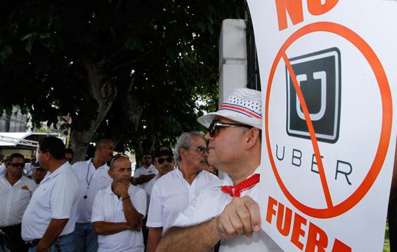 Taxi drivers, bus drivers and informal taxi drivers, both legal and illegal, and the MOPT join forces to fight the arrival of Uber in Costa Rica