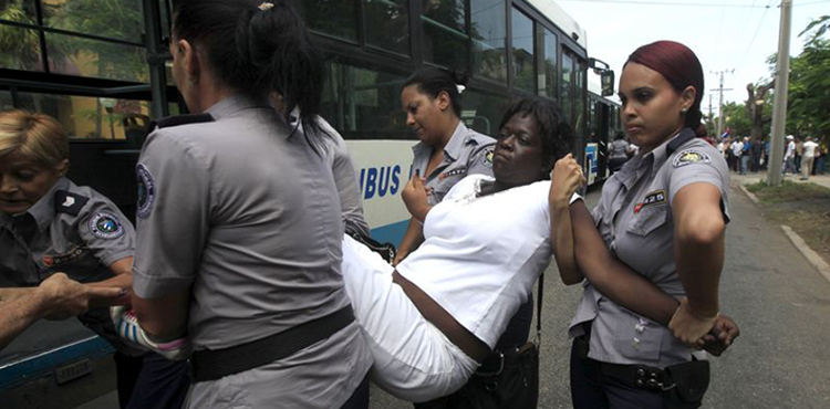 Every Sunday, Cuban agents arrest dozens of Ladies in White for their peaceful protests. (Reporta Cuba)