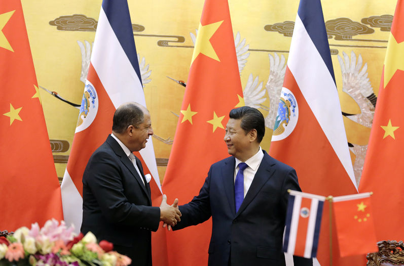 Luis Gmo. Solis with his counterpart Xi Jinping on 6 January in Beijing. Hence the possibility of a new credit was mentioned. | ANDY WONG, AP