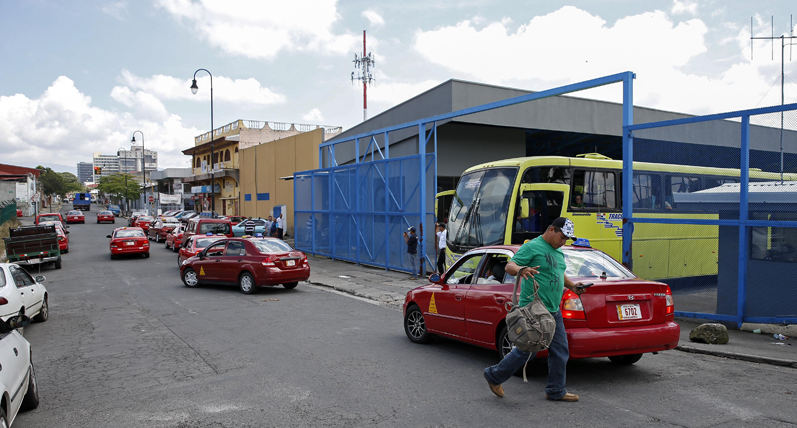 At the Tracopa bus station in San Jose, like at most other bus stations, hospitals and office buildings, taxi drivers prefer to go where the customers are and not use the authorized taxi stands