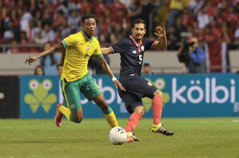 elso Borges trató de contener al jugador sudafricano Bongani Zungu