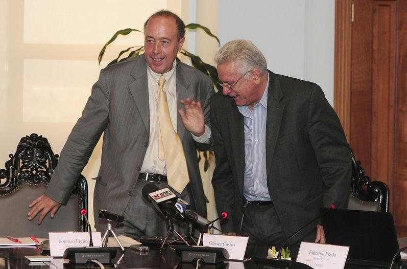 Lorenzo Figliuoli, jefe de misión del FMI y el presidente del Banco Central,Olivier Castro se acomodaban ayer para la conferencia de prensa. El jeraca advirtió que el déficit fiscal sigue siendo muy grande.   JOHN DURÁN