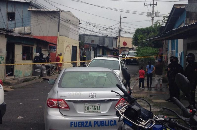Shootout between police and some bad guys in Pavas shortly after 12 noon on Wednesday. Photo Rafael Murillo, La Nacion