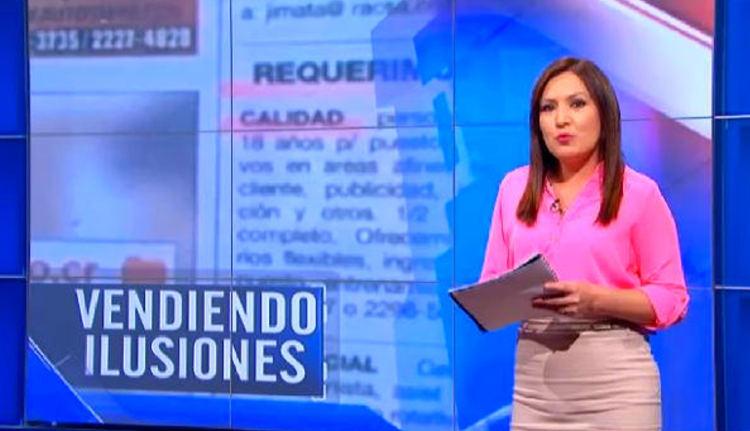 """Yessenia Alvarado presenting her report """"vendiendo ilusiones"""" (selling illusions)"""