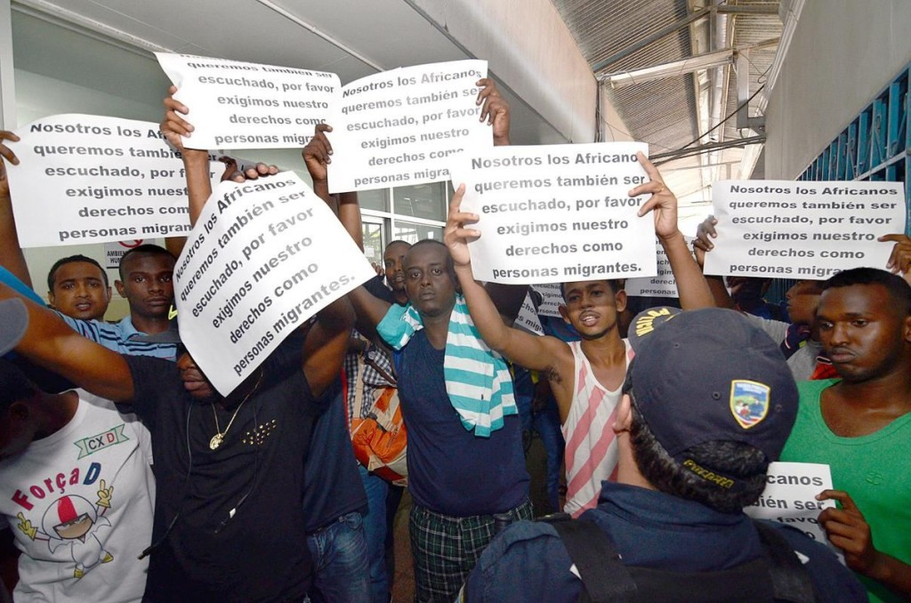 Africans and asians demanding same visas issued to Cuban migrants. Photo Isaac Villalta/Diario Extra