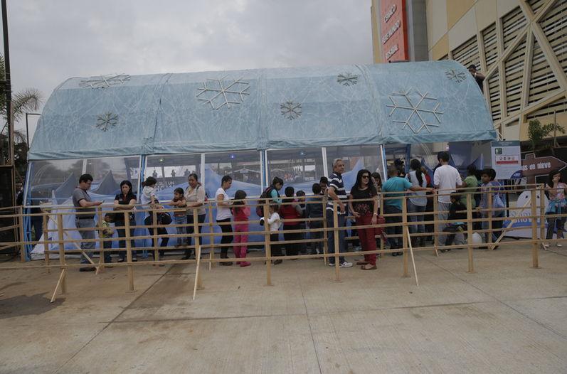 First visitors to Snow Fun in City Mall in Alajuela making line to see the snow in Costa Rica. Photo Albert Marín, La Nacion